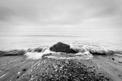Nostalgiczny morze Fala uderza w skale w centrum czarny white obrazy royalty free