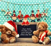 Nostalgicznych bożych narodzeń domowa dekoracja z antykwarskimi zabawkami Fotografia Royalty Free