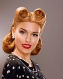 Nostalgie. Angeredete lächelnde Frau mit Retro- goldener Frisur. Adel Lizenzfreies Stockbild
