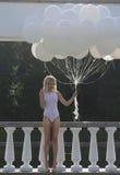 Nostalgie. Frauen-stehende Außenseite mit Bündel Luft-Ballonen Lizenzfreies Stockfoto