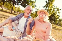 Nostalgiker avgick par som blåser såpbubblor i sommar, parkerar arkivfoton