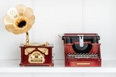 Nostalgique Mini Typewriter et figurines de phonographe sur Shel blanc photos libres de droits