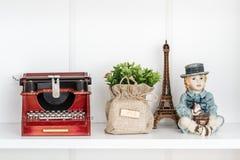 Nostalgique Mini Typewriter Figurine sur l'étagère blanche image stock