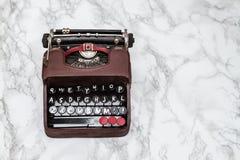 Nostalgique Mini Typewriter Figurine sur le fond blanc image libre de droits