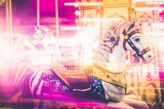 Nostalgisch Paarddetail van Carrousel het Spinnen met Roze Licht Onduidelijk beeld Royalty-vrije Stock Foto