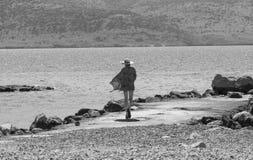 Nostalgische Frau durch das Meer in Schwarzweiss Stockbilder