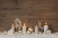 Nostalgische goldene, braune und weiße hölzerne Weihnachtshintergrund wi Stockbilder