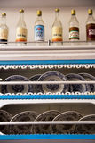 Nostalgische Raki-Flessen en Dinerplaten op de Planken Royalty-vrije Stock Foto's