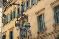 Nostalgische straatlantaarn en blinden in Barcelona Stock Afbeelding
