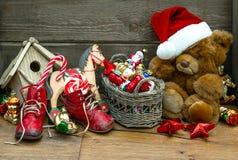 Nostalgische Weihnachtsdekoration mit antiken Spielwaren Stockfoto