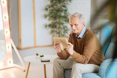Nostalgischer älterer Mann, der Foto der Frau und er betrachtet Lizenzfreie Stockbilder