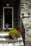 Nostalgisches Kind an der Tür Stockfotografie