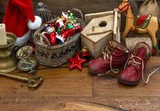 Nostalgisches Weihnachten spielt Dekoration über hölzernem Hintergrund Stockfotografie