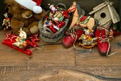 Nostalgisk julgarnering med antika leksaker fotografering för bildbyråer