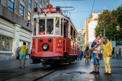 Nostalgisk röd spårvagn av Taksim i Istanbul, Turkiet Royaltyfri Foto