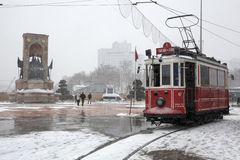 Nostalgisk spårvagn och Taksim monument av republiken på den snöig dagen Royaltyfri Foto