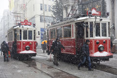 Nostalgiska spårvagnar på den snöig dagen Arkivbild