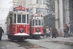 Nostalgiska spårvagnar på den snöig dagen Arkivbilder