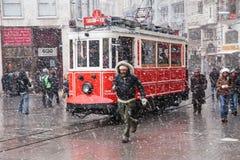 Nostalgiska spårvagnar på den snöig dagen Royaltyfri Foto