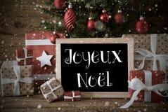 Nostalgiskt träd, Joyeux Noel Means Merry Christmas, snöflingor Arkivbilder