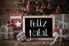 Nostalgiskt träd, snöflingor, Feliz Natal Means Merry Christmas Arkivfoton