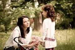 Nostalgy - matka z jej dzieckiem outdoors Zdjęcie Royalty Free