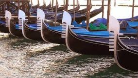 Nosy cumowali gondole w górę, wcześnie rano włochy Wenecji zdjęcie wideo