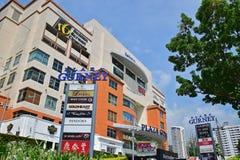 Nosze na kółkach placu zakupy centrum handlowe na jasnym niebieskie niebo dniu z ampuły zieleni drzewem Zdjęcie Stock