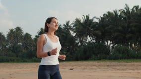 Noszonej techniki zegarka mądrze smartwatch, aktywna kobieta jest ubranym aktywność tropiciela bransoletkę na nadgarstku biegacza zbiory