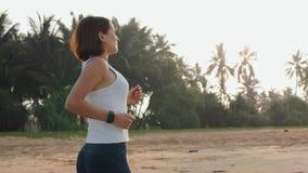 Noszonej techniki zegarka mądrze smartwatch, aktywna kobieta jest ubranym aktywność tropiciela bransoletkę na nadgarstku biegacza zdjęcie wideo