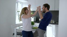 A notícia alegre, a loteria de vencimento da família feliz e riem em casa filme