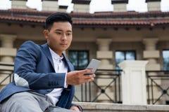 Notícia asiática da leitura do homem Imagem de Stock