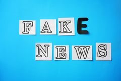 NOTÍCIA da FALSIFICAÇÃO do texto feita com de letras no fundo da cor fotos de stock