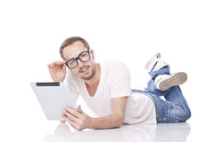 Notícia da leitura do homem no computador da tabuleta Foto de Stock Royalty Free