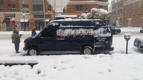 Notícia das testemunhas oculares na tempestade da neve imagens de stock