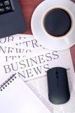 Notícia de negócio na mesa no escritório Fotos de Stock Royalty Free