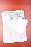 Notícia de negócio na mesa no escritório Fotos de Stock