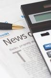 Notícia dos estoques, pena, calculadora, bancos, título da propriedade Fotografia de Stock Royalty Free