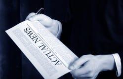 Notícia em um jornal fotografia de stock royalty free