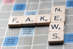 Notícia falsificada - conceito da notícia falsificada em uma placa do Scrabble foto de stock royalty free