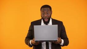 Notícia masculina afro-americano surpreendida no portátil, promoção da leitura da carreira, vencedor video estoque