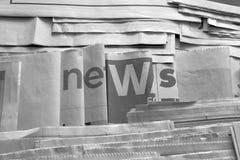Notícia preto e branco no jornal fotos de stock