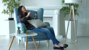 Notícia surpreendente de leitura da mulher entusiasmado em linha no telefone filme