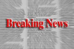 Notícias de última hora escritas no vermelho com um artigo de jornal borrado imagens de stock
