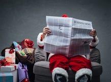 Notícias de negócios da leitura de Santa Claus Imagens de Stock
