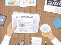 Notícias de negócios Homem de negócios que guarda um jornal e um café para ir no desktop de madeira Fotos de Stock Royalty Free