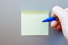 Nota adhesiva para el texto en una etiqueta Fotografía de archivo libre de regalías