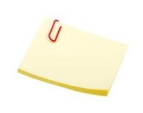 Nota amarela da etiqueta com o grampo isolado no branco Imagens de Stock Royalty Free