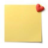 Nota amarela do cargo com pino do coração Fotos de Stock Royalty Free