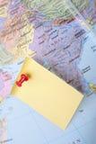Nota amarela e pino vermelho no mapa Imagens de Stock